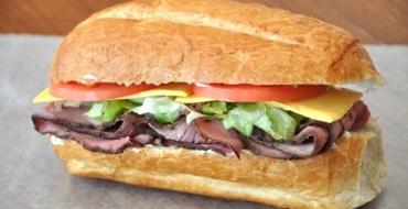 Sandwich de Roast beef DELMOR con aderezo de queso azul